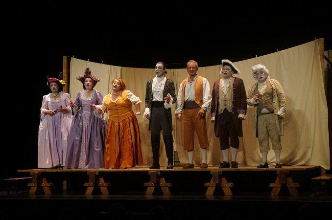 Théâtre ''La Locandiera'' dans la cour du Couvent des Carmes
